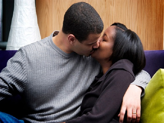 black-couple-kissing-pf