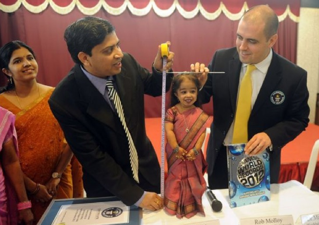 Jyoti Amge official measuring.